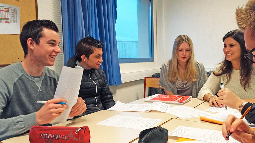 Travail groupe en classe élèves BTS NDRC négociation digitalisation relation client commerce vente enseignement supérieur Charles de Foucauld Brest Groupe scolaire Estran