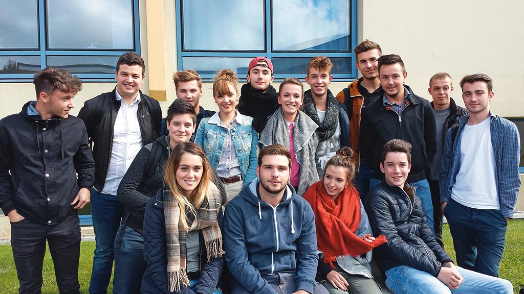 Photo groupe élèves BTS NDRC négociation digitalisation relation client commerce vente enseignement supérieur Charles de Foucauld Brest Groupe scolaire Estran