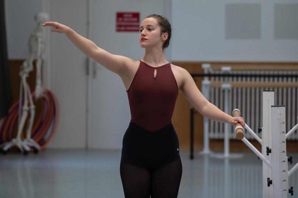 Adolescente jeune fille qui danse sciences techniques théâtre musique danse S2TMD bac lycée enseignement supérieur Fénelon groupe scolaire Estran Brest