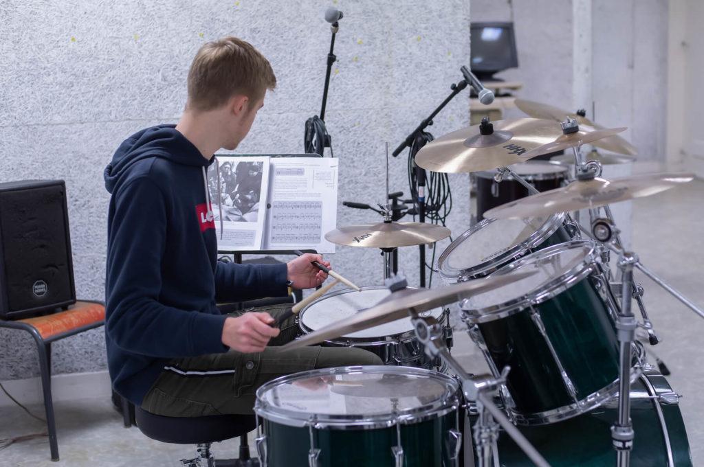 Adolescent jeune garçon qui joue de la batterie sciences techniques théâtre musique danse S2TMD bac lycée enseignement supérieur Fénelon groupe scolaire Estran Brest