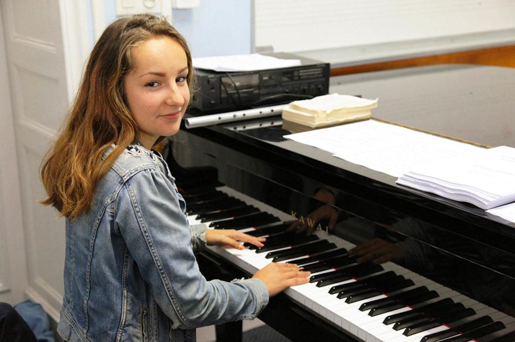 Jeune fille au piano musicienne Sciences techniques théâtre musique danse S2TMD bac lycée enseignement supérieur Fénelon groupe scolaire Estran Brest