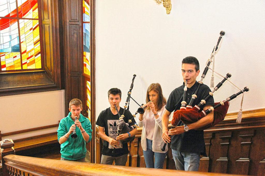 Élèves adolescents musiciens dans des escaliers cornemuses instruments Sciences techniques théâtre musique danse S2TMD bac lycée enseignement supérieur Fénelon groupe scolaire Estran Brest