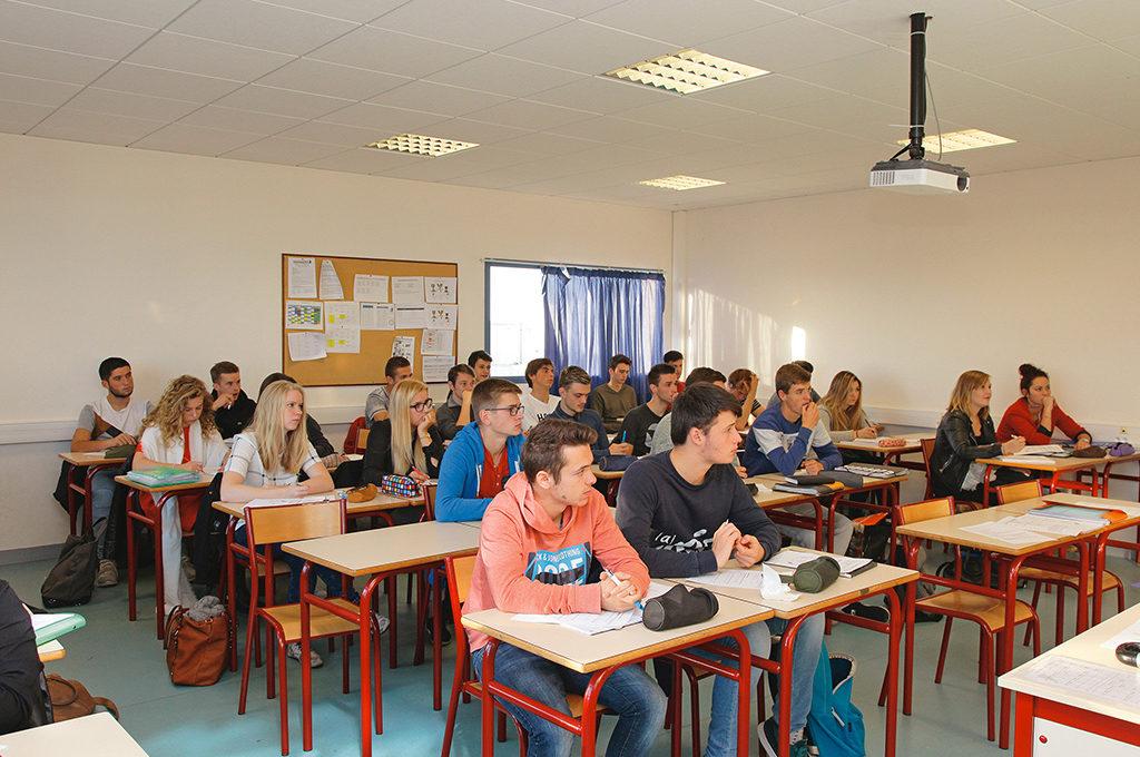 Salle de classe série Sciences et Technologies du Management et de la Gestion STMG communication information lycée Charles de Foucauld Brest Groupe scolaire Estran