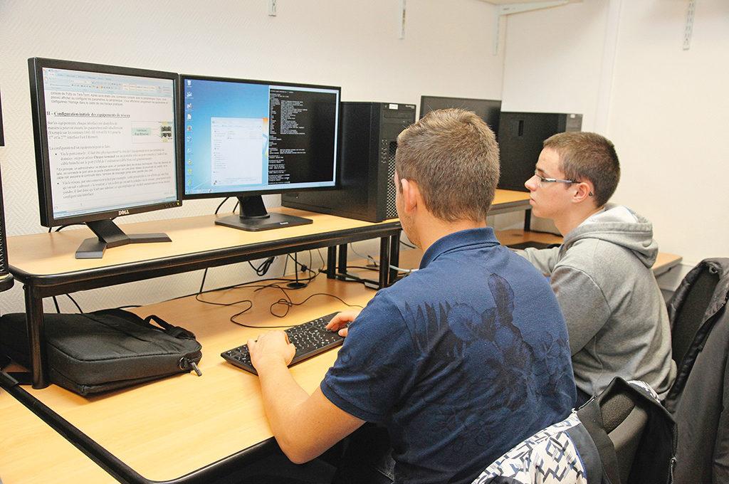 Élèves devant ordinateur BTS SIO service informatique organisations gestion numérique enseignement supérieur Charles de Foucauld Brest Groupe scolaire Estran