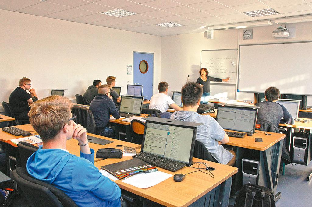 Élèves en classe BTS SIO service informatique organisations gestion numérique enseignement supérieur Charles de Foucauld Brest Groupe scolaire Estran