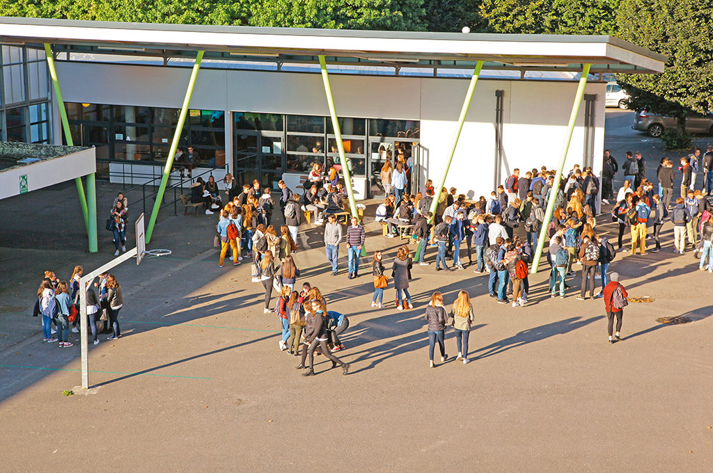 Élèves dans la cour groupe adolescents Sciences techniques laboratoire section STL éducation enseignement scolarité Charles de Foucauld lycée supérieur groupe scolaire Estran Brest