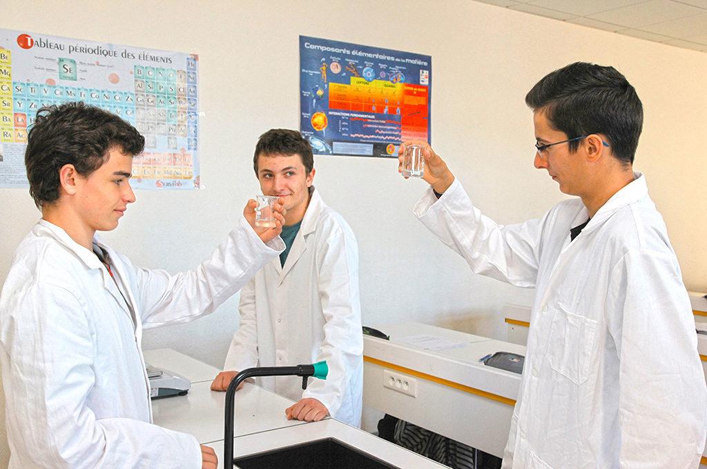 Élèves adolescents jeunes garçons blouse blanche manipulation laboratoireSciences techniques laboratoire section STL éducation enseignement scolarité Charles de Foucauld lycée supérieur groupe scolaire Estran Brest