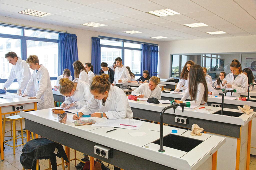 Élèves lycéens en classe manipulation laboratoire chimie blouses Sciences techniques laboratoire section STL éducation enseignement scolarité Charles de Foucauld lycée supérieur groupe scolaire Estran Brest