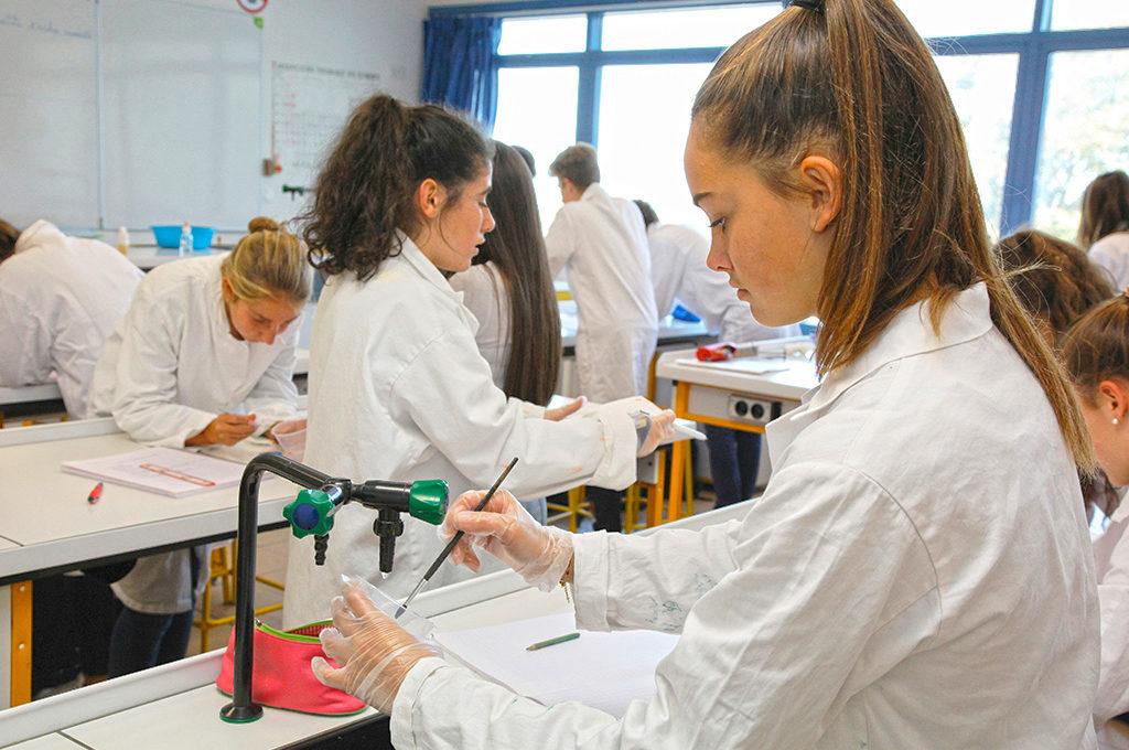 Jeunes filles adolescents laboratoire chimie manipulation sciences techniques laboratoire section STL éducation enseignement scolarité Charles de Foucauld lycée supérieur groupe scolaire Estran Brest