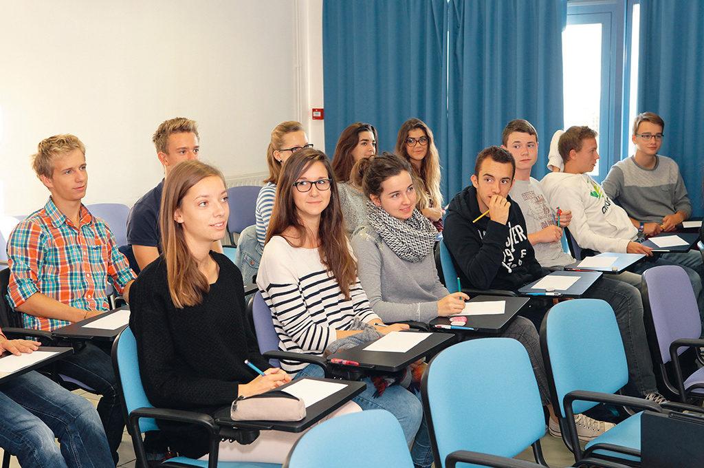 Groupe élèves attentifs classe cours conférence Sciences techniques laboratoire section STL éducation enseignement scolarité Charles de Foucauld lycée supérieur groupe scolaire Estran Brest