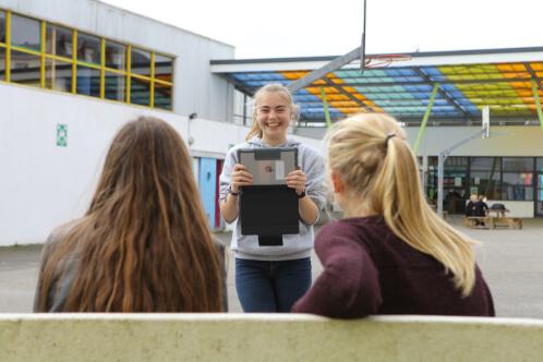 Élèves se photographiant dans la cour du lycée éducation enseignement apprentissage seconde première terminale STL STMG lycée Charles de Foucauld Brest Groupe scolaire Estran