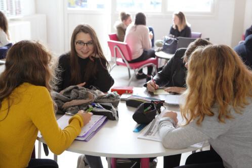 Élèves salle pause discussion souriants Éducation enseignement apprentissage seconde première terminale STL STMG lycée Charles de Foucauld Brest Groupe scolaire Estran