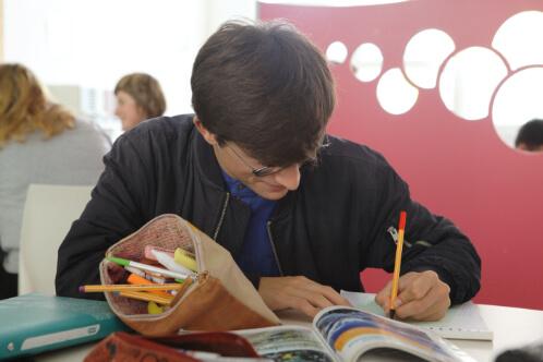Élève en classe lecture exercice éducation enseignement apprentissage seconde première terminale STL STMG lycée Charles de Foucauld Brest Groupe scolaire Estran