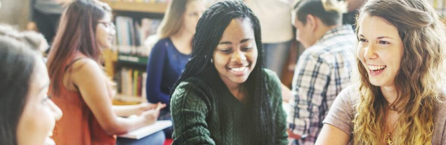 Élèves souriants adolescents Éducation enseignement apprentissage seconde première terminale STL STMG lycée Charles de Foucauld Brest Groupe scolaire Estran
