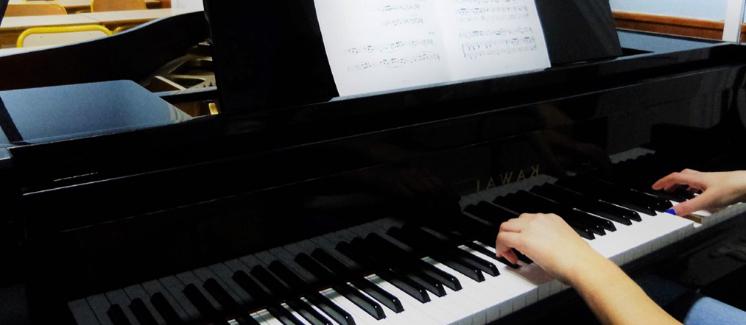 Mains sur un piano musicien instrument Sciences techniques théâtre musique danse S2TMD bac lycée enseignement supérieur Fénelon groupe scolaire Estran Brest