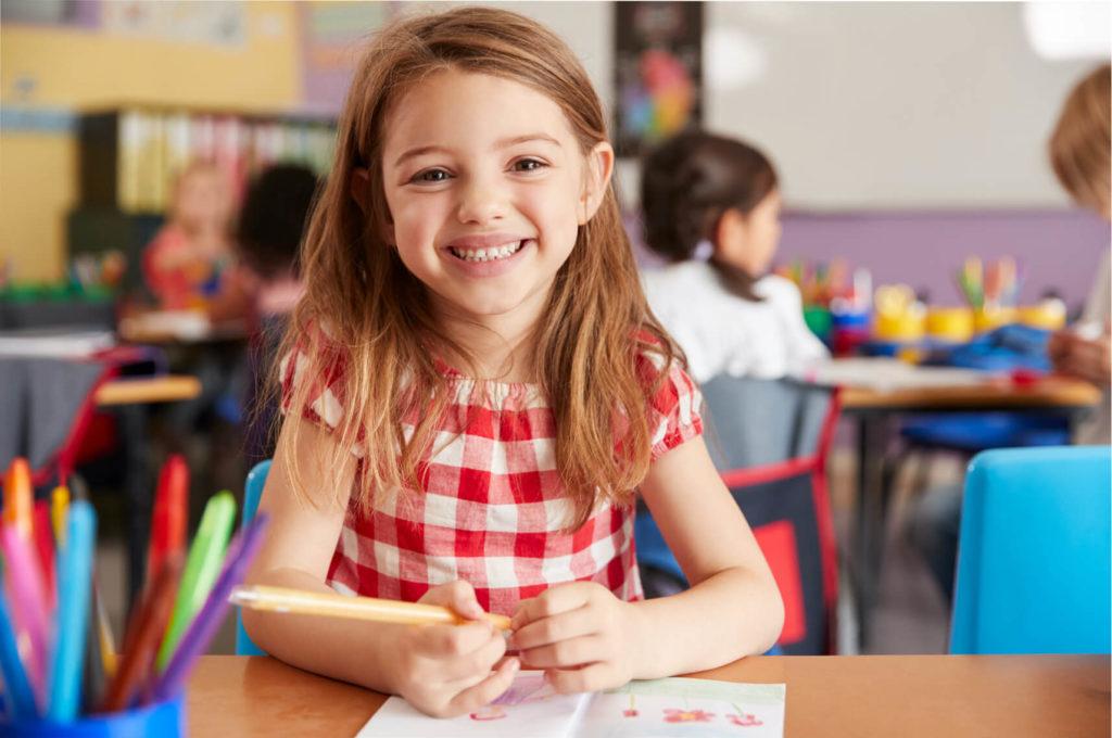 Petite fille souriante classe école maternelle primaire élémentaire éducation enseignement épanouissement élèves Immaculée Conception Brest