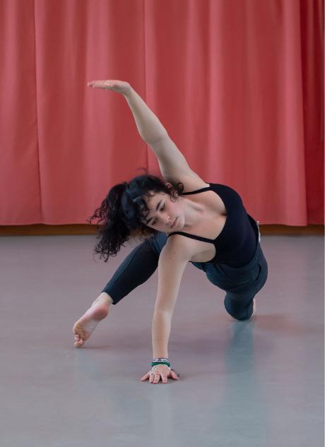 Jeune fille qui danse adolescente danseuse Sciences techniques théâtre musique danse S2TMD bac lycée enseignement supérieur Fénelon groupe scolaire Estran Brest