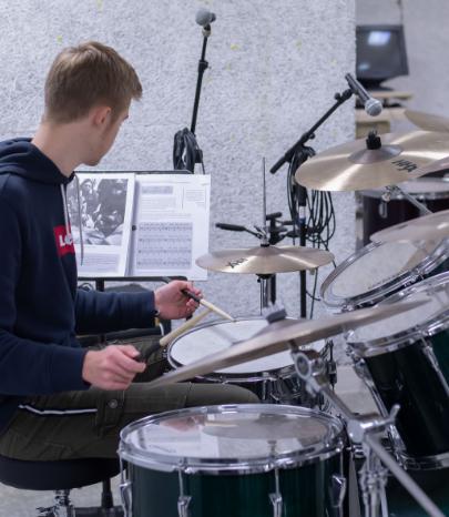 Adolescent qui joue de la batterie musicien Sciences techniques théâtre musique danse S2TMD bac lycée enseignement supérieur Fénelon groupe scolaire Estran Brest