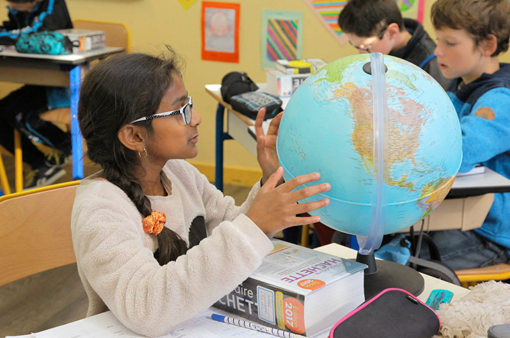 Petite fille mappemonde globe découverte pays École maternelle primaire élémentaire éducation enseignement scolarité Charles de Foucauld Brest Groupe scolaire Estran