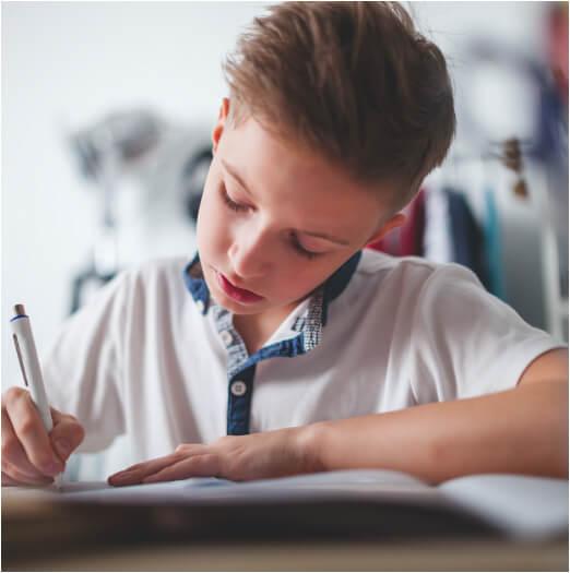Élève petit garçon en classe cahier cours éducation enseignement école Charles de Foucauld Brest