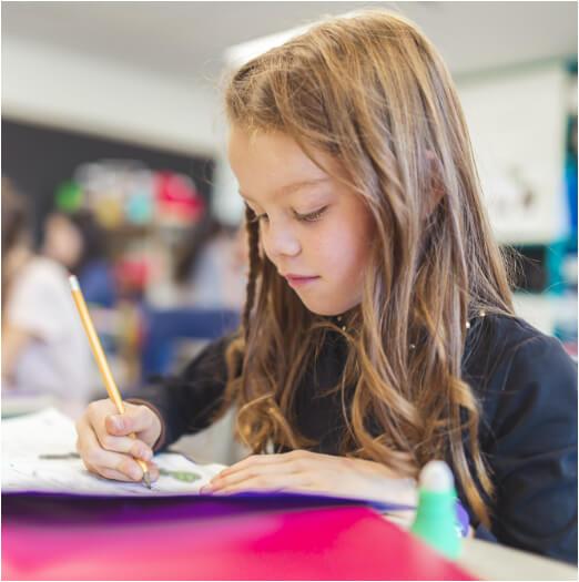 Petite fille en classe cahier style école Charles de Foucauld Brest