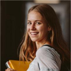 Adolescente souriante lycéenne école éducation enseignement cahiers classes Charles de Foucauld Brest