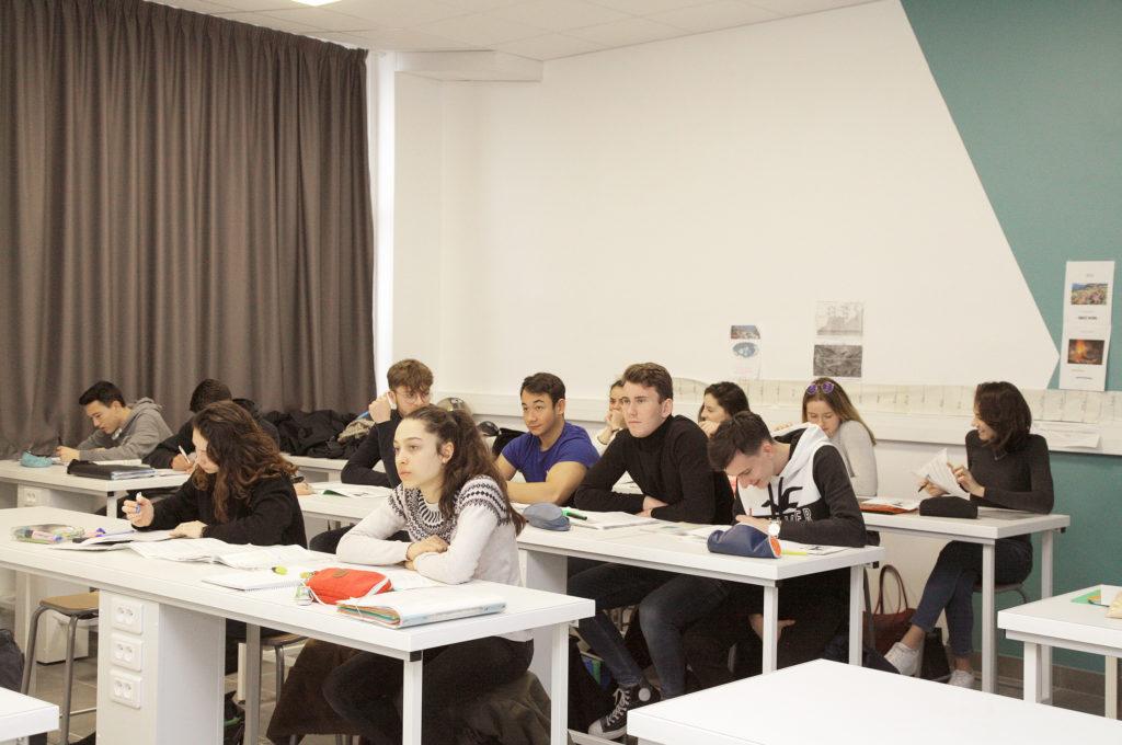 Élèves en classe éducation enseignement apprentissage seconde première générale technologique terminale STL STMG lycée Charles de Foucauld Brest Groupe scolaire Estran