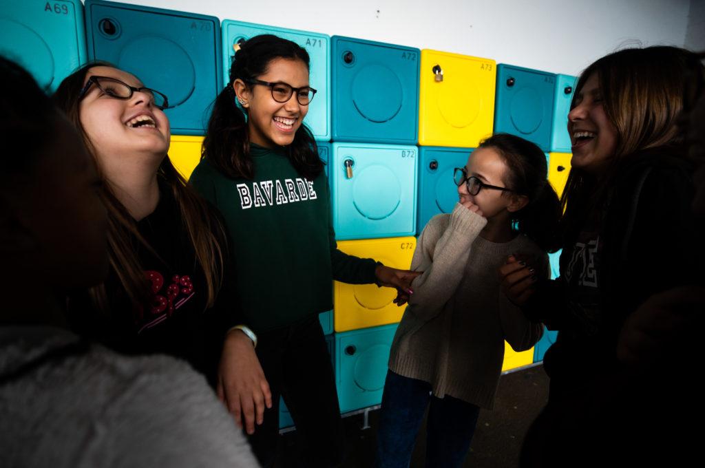 Élèves souriants devant des casiers école collège lycée Charles de Foucauld Brest enseignement éducation © MarcGlenPhotographie