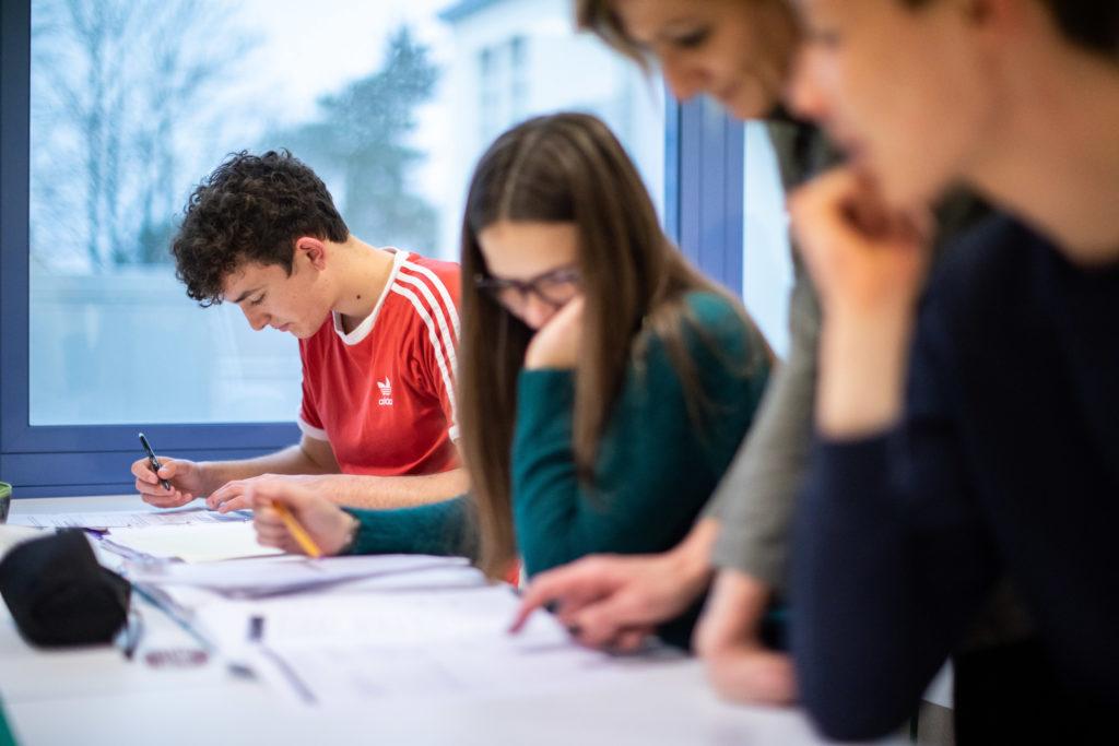 Élève en classe professeur accompagnement éducation enseignement apprentissage seconde première terminale STL STMG lycée Charles de Foucauld Brest Groupe scolaire Estran