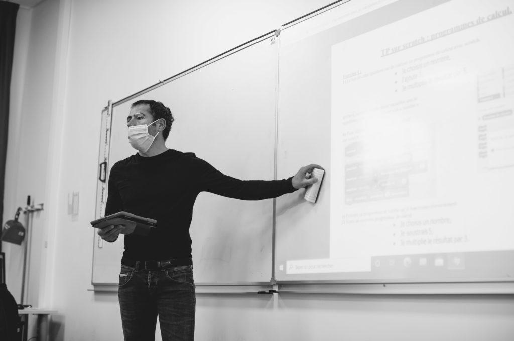 Professeur au tableau éducation enseignement apprentissage seconde première générale technologique terminale STL STMG lycée Charles de Foucauld Brest Groupe scolaire Estran