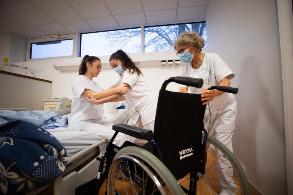 Soins accompagnement personnes fauteuil roulant bac pro ASSP Estran ©MarcGlenPhotographie