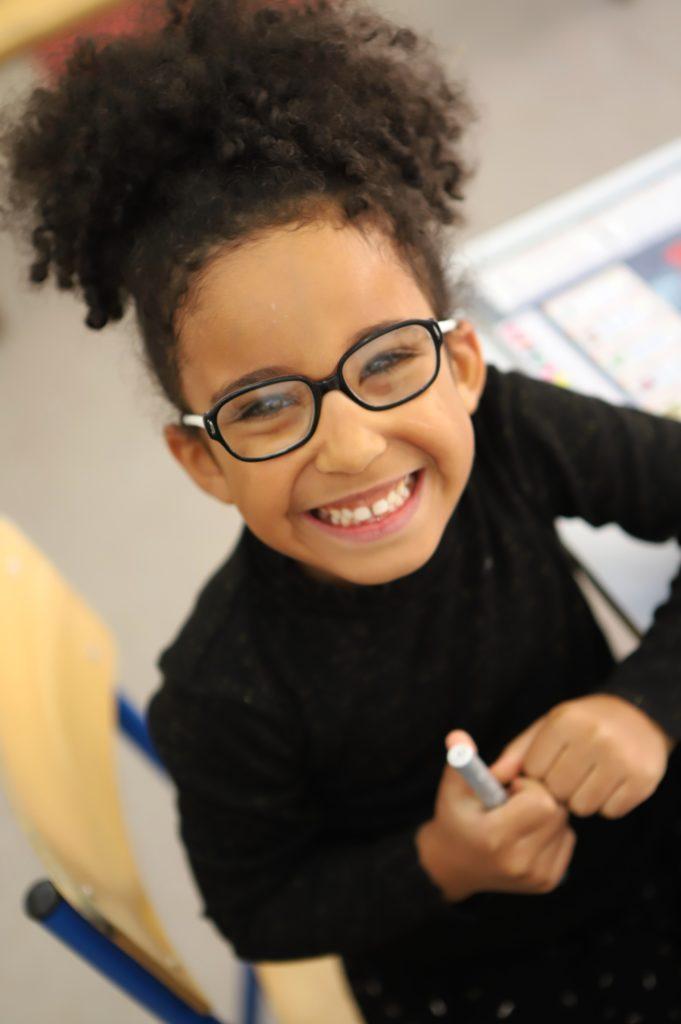 Petite fille souriante salle de classe école Notre Dame Tourbian Brest