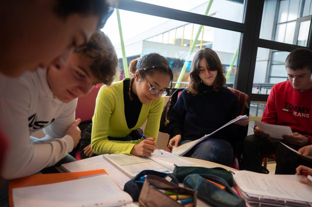 Groupe élèves devoirs ensemble partage réussite Éducation enseignement apprentissage seconde première terminale STL STMG lycée Charles de Foucauld Brest Groupe scolaire Estran